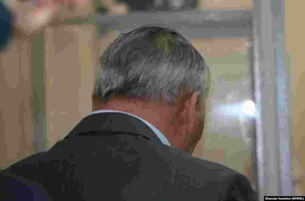 Бывший министр Жаксылык Доскалиев слушает свой приговор. Астана, 5 августа 2011 года -