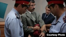 Арест правозащитника Евгения Жовтиса в зале суда. Баканас, 3 сентября 2009 года.