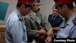 """Сотрудники полиции берут под арест ведущего казахстанского правозащитника Евгения Жовтиса в зале суда. Баканас, 3 сентября 2009 года. Фото предоставлено газетой """"Свобода слова""""."""