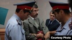 Евгений Жовтис под конвоем в зале суда