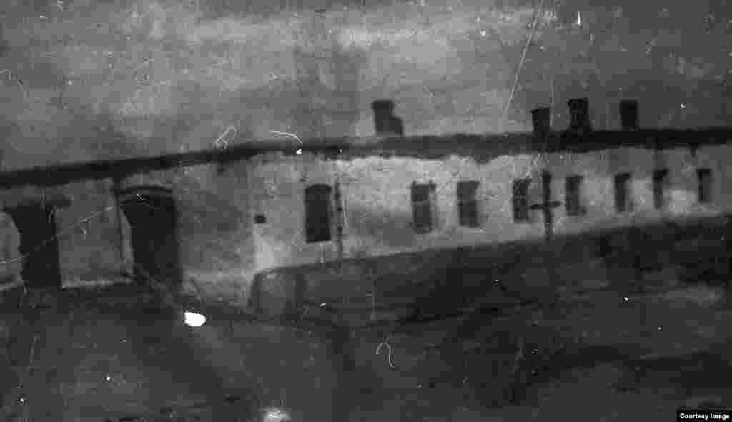 Торғай өзені маңындағы Амангелді мен Әбдіғапар бастаған көтерілісшілер штабы орналасқан Дүкенбай үйі. Үрпек қонысы, Қараторғай болысы.
