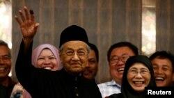 Малайзиянын жаңы премьер-министри Махатхир Мохамад камактагы оппозициячыл саясатчы Анвар Ибрахимдин жубайы менен. 10-май, 2018-жыл.