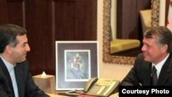 اصولگرايان منتقد سياست خارجی دولت دهم، اسفنديار رحيم مشايی، رييس دفتر رييس جمهور، را متهم می کنند که در پشت پرده دعوت از پادشاه اردن قرار دارد.