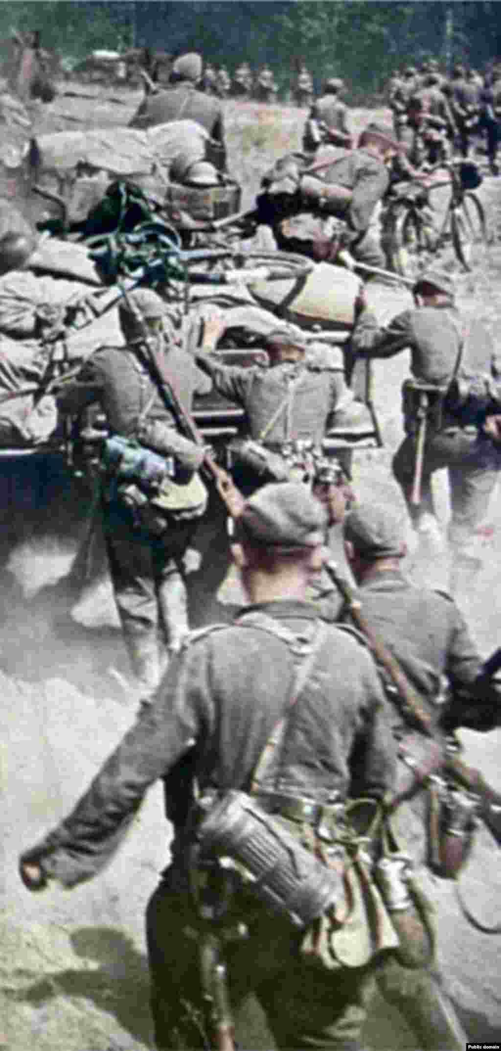 """Шулай итеп, наци солдатлары янында """"Һәлак булганнарның хәтеренә лаек булыйк"""" дигән язу шактый сәер күренә."""