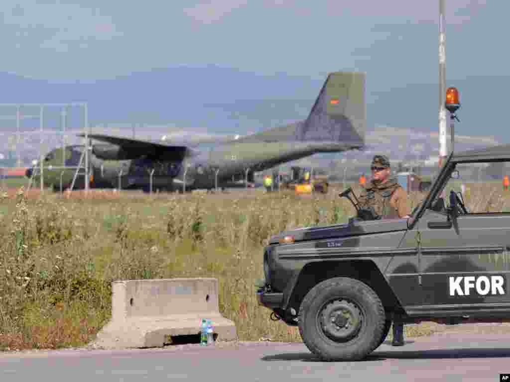 Prvi kontingent njemačkih vojnika, njih 600, stiglo je na Kosovo kako bi osiguravali mir u toj zemlji, 03.08.2011. Foto: AP / Visar Kryeziu
