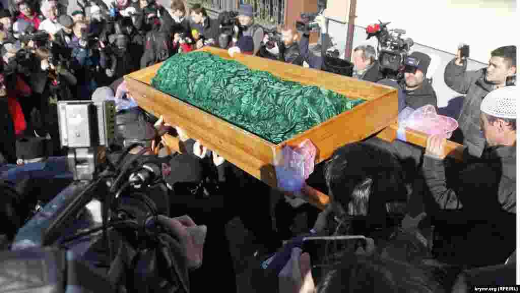 Qırım Muhtar Cumhuriyetiniñ prokuraturası sentâbrniñ 10-ndaReşat Ametovnıöldürgenler belli oldı, dep bildirdi. Qırım Muhtar Cumhuriyetiniñ politsiyası qırımtatar faali Reşat Ametovnıñ hırsızlanması ve öldürilüvinden şübheli sayılğan «Qırım samooboronasınıñ» eki iştirakçisi ve Rusiye Silâlı Quvetleriniñ sabıq arbiyini qıdıruvğa ilân etti