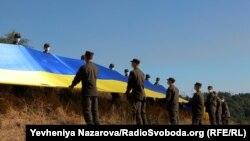 Флагшток, на якому піднятий прапор на Хортиці, є одним з найвищих в Україні