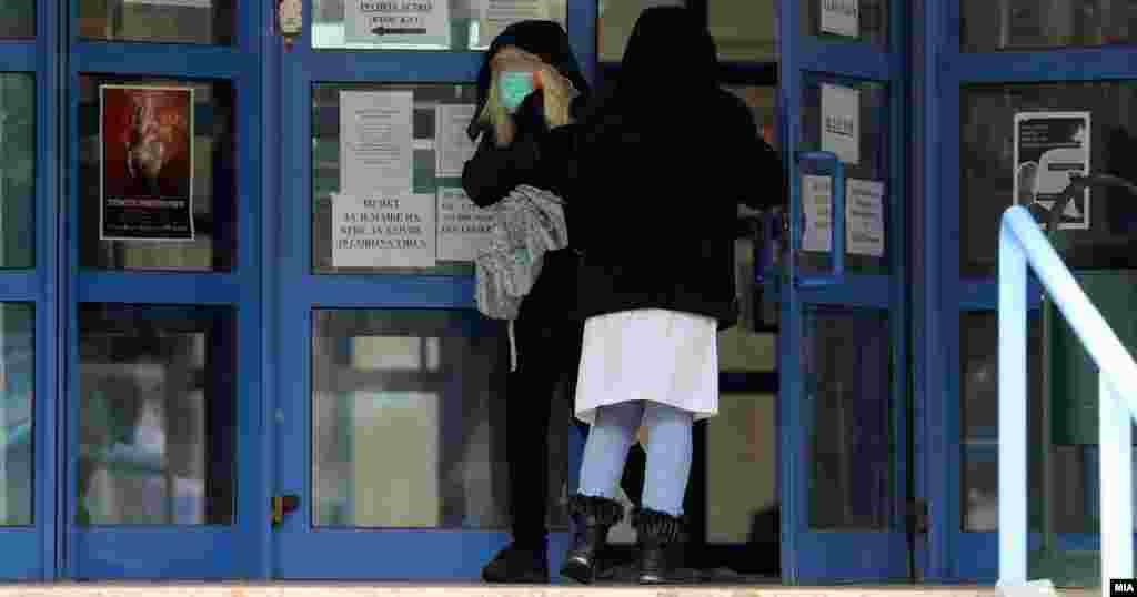 МАКЕДОНИЈА - Четворица пациенти со Ковид-19 починаа на Клиниката за инфективни болести, информираше Министерството за здравство. Двајца се од Скопје – пациентка на 79 години и пациент на 63-годишна возраст, 58-годишен од Велес и 67-годишен пациент од Прилеп, соопшти МЗ. Во последните 24 часа се ригистрирани 26 новозаразени.