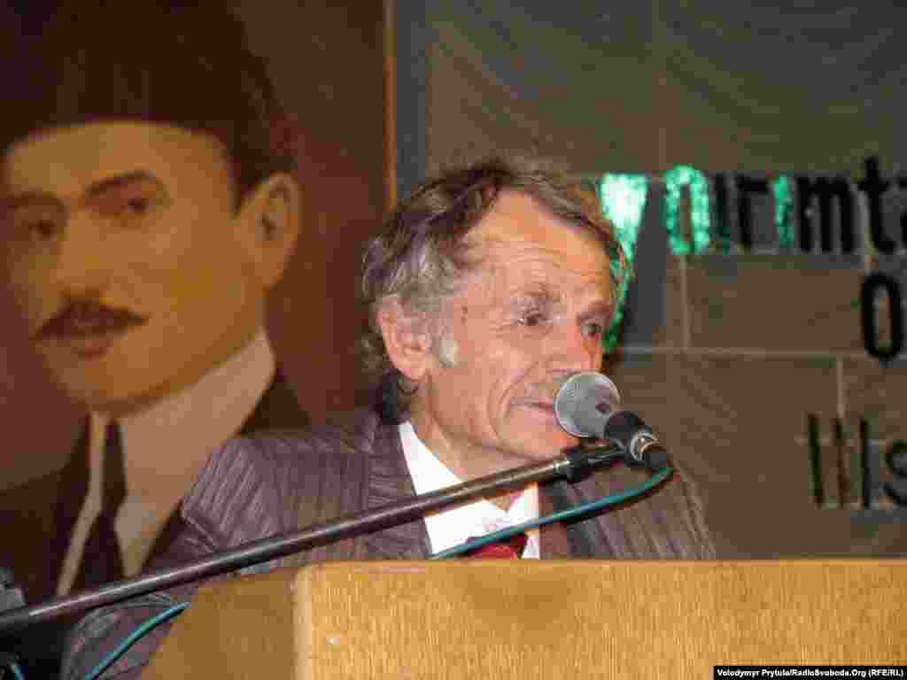 Mustafa Cemilev Simferopolda Krım Tatar Xalq Məclisinin toplantısında çıxış edir, 29 avqust 2010