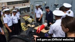 """Украинские и британские военные моряки во время совместных учений на борту британского корабля """"Дункан"""". 25 июля 2017 года"""
