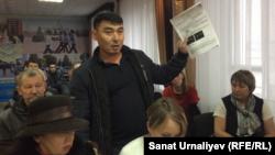 Водитель Нурлан Зинекешев демонстрирует полицейским и журналистам предписания о штрафе за превышение скорости. Уральск, 24 ноября 2017 года.