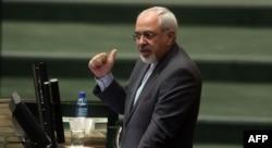 Иран сыртқы істер министрі Мохаммад Жавад Зариф парламентте сөйлеп тұр. Тегеран, 27 қараша 2013 жыл.
