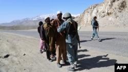Полицейлер тұрғындарды тексеріп тұр. Ауғанстан,4 сәуір 2013 жыл.