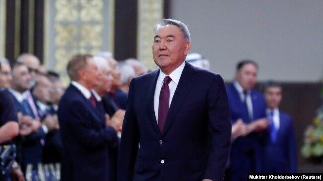 Бывший президент Казахстана Нурсултан Назарбаев заходит в зал, где состоится церемония инаугурации его ставленника Касым-Жомарта Токаева. Нур-Султан, 12 июня 2019 года.