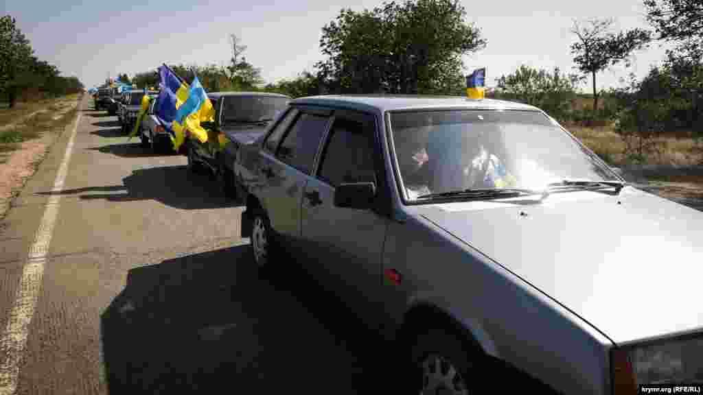 Ondan soñ toplaşqanlar, bayram avtoyürüşi içün öz maşinalarında devlet bayraqlarını tiklediler