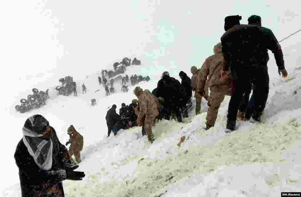 Turkish soldiers and locals try to rescue people trapped under an avalanche in Bahcesaray in Van Province, Turkey. (Reuters/Ihlas News Agency)​