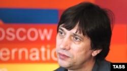 Сергей Дворцевой автор документальных фильмов «Счастье», «Трасса», «Хлебный день», «В темноте»; в 2008 году он дебютировал в игровом кино с картиной «Тюльпан»