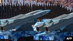 Transportoare cu rachete cruise la o paradă militară la Beijing.