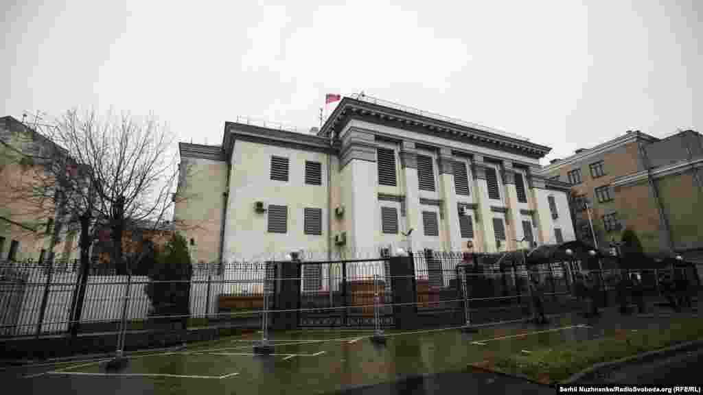 Серые стены посольства России в Украине молчат.