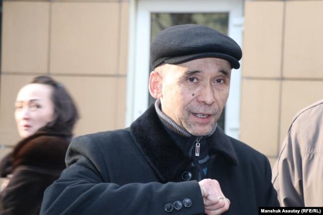 Ноян Рахимжанов у здания суда. Алматы, 10 ноября 2019 года.
