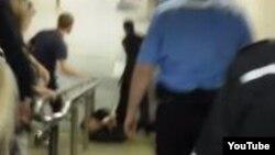 Интернетке жарияланған полицияның зағип адамға қол жұмсаған видеосынан алынған скриншот.