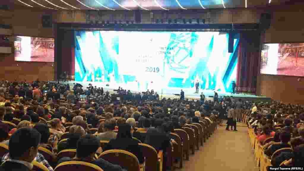 Әкіммен кездесу өтіп жатқан Республика сарайы. Алматы, 20 ақпан 2019 жыл