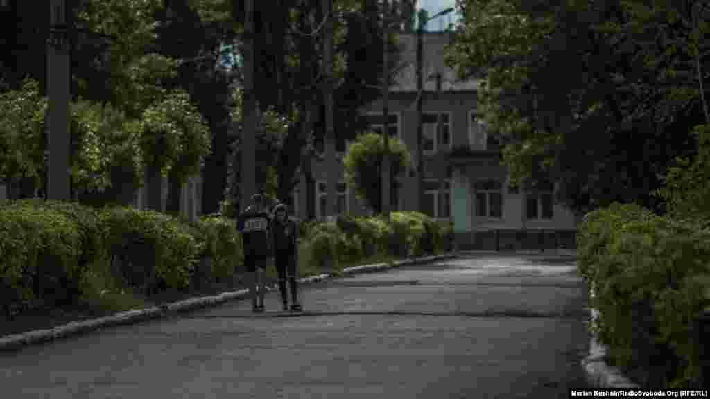 Возле бахмутской трассы в Новотошковке тишина. Днем на улицах городка гуляют взрослые и дети. А еще несколько дней назад отсюда собирались эвакуировать детей