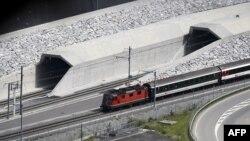 La ceremonia de inaugurare de la Erstfeld, un prim tren la ieșirea nordică din tunel
