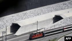 Залізничний тунель через Альпи, Швейцарія