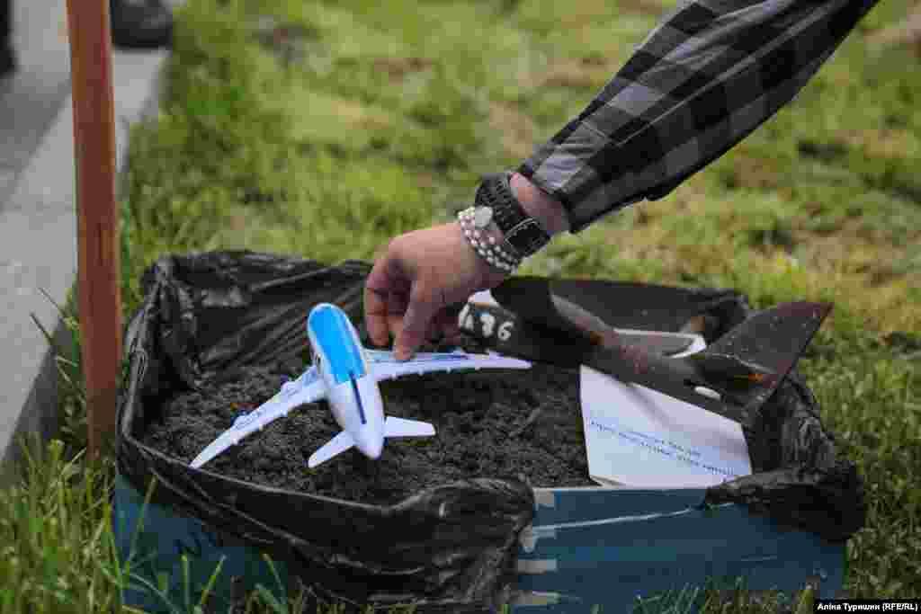 Символическая могила, в которой «похоронили» игрушечный самолет МН-17