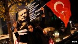 Сторонники Реджепа Эрдогана празднуют победу на референдуме. Анкара, 16 апреля 2017 года