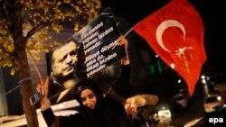Сторонники Реджепа Эрдогана празднуют победу.