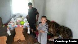 Семья, пострадавшая от паводка в селе Садовое. Карагандинская область, 21 июля 2015 года.