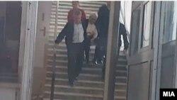 Фотографија од изнесувањето на Јовановски од зградата на Обвинителството откако колабирал
