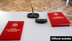 Қирғизистон Конституцияси президент столи устида.