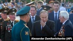 Президент России Владимир Путин с ветеранами Второй мировой войны в Курске