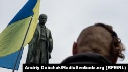 Чоловік на акції у центрі Києва у День захисника України і свято Покрови, 14 жовтня 2016 року