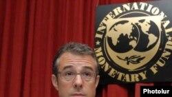 Արժույթի միջազգային հիմնադրամի առաքելության ղեկավար Մարկ Լյուիսը լրագրողների հետ հանդիպմանը: Երեւան, 16-ը սեպտեմբեի, 2009թ.