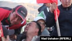 """Акция протеста против деятельности компании, разрабатывающей месторождение """"Кумтор"""". Поселок Барскоон, Кыргызстан, 31 мая 2013 года."""