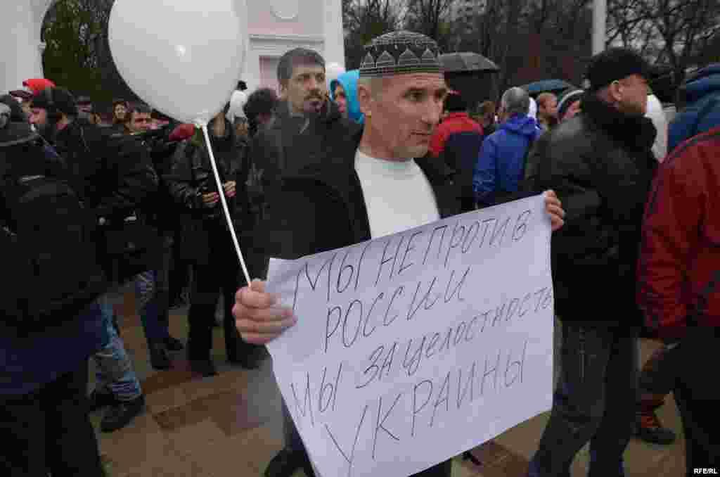 Ukrainağa qoltutqan faaller Aqmescitteki Taras Şevçenko abidesi yanında, 2014 senesi mart 7 künü