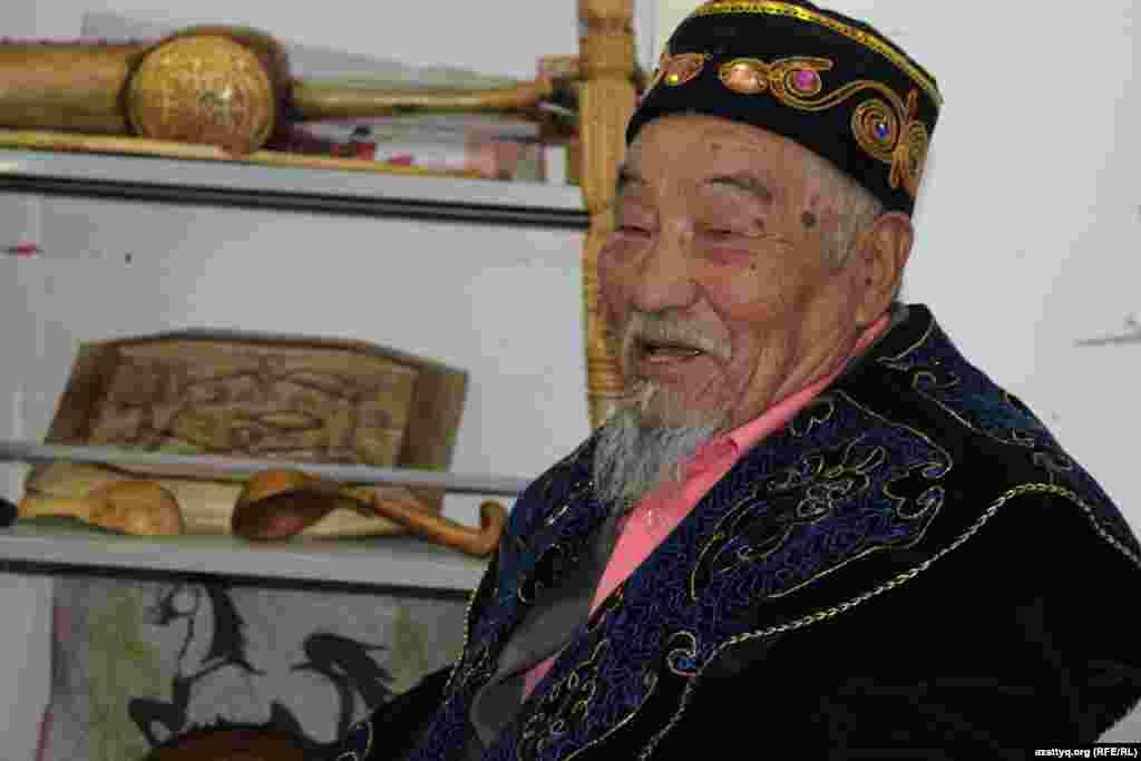 Мастер из Туркестана 75-летний Гаухарбек Баянбайулы привез на ярмарку изделия из дерева.