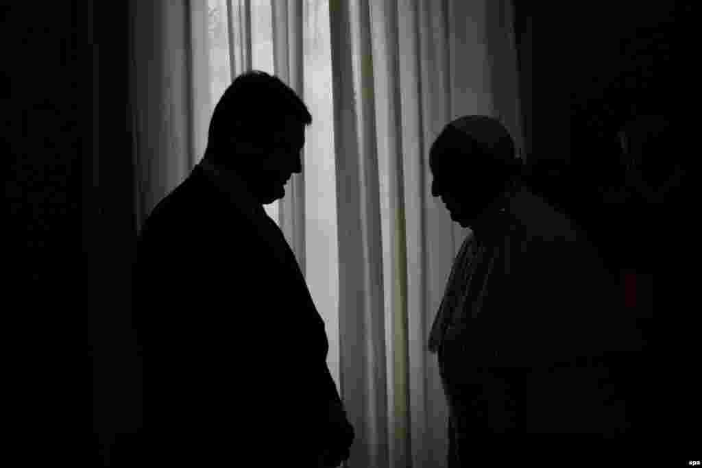 Pope Francis (right) and Ukrainian President Petro Poroshenko are silhouetted during their meeting at the Vatican on November 20. (epa/Alessandro Tarantino)