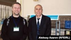 Слева направо: победитель конкурса переводов Алексей Улько (Узбекистан) и победитель литературного конкурса Толибшохи Давлат (Таджикистан). Алматы, 16 ноября 2014 года.
