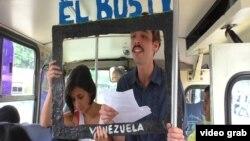 """Противники официальной пропаганды в Венесуэле организовали """"автобусное"""" телевидение."""