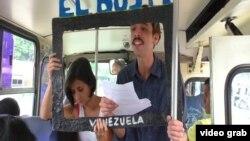 """Противники официальной пропаганды в Венесуэле организовали """"автобусное телевидение"""" (на снимке)"""