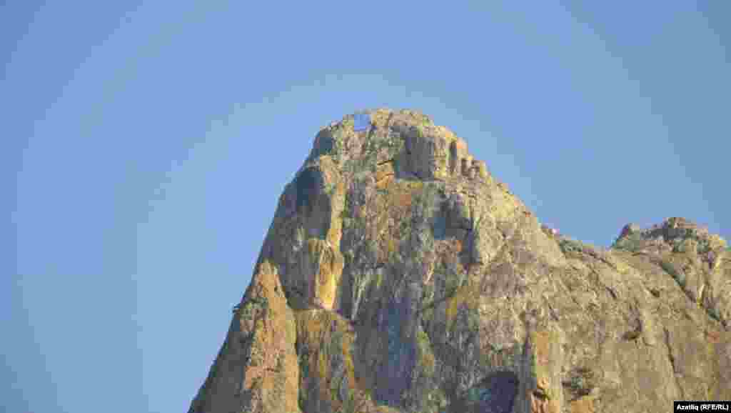 Судакта бер милләпәрвәр 5х3 метр зурлыктагы байракны Бахаташ тавы башына элеп куйды.