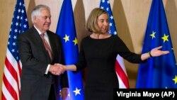 ABŞ dövlət katibi Rex Tillerson (solda) və Avropa İttifaqının xarici işlər komissarı Federica Mogherini dekabrın 5-də Brüsseldə görüşüblər