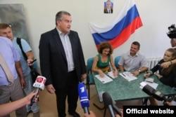 Сергей Аксёнов на открытии акции «Паспорт за час», 21 августа 2014 года