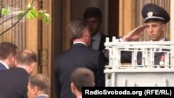 Співробітник УДО віддає честь Охендовському на приватному святі Гелетея