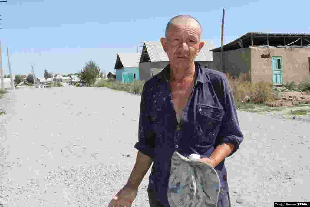Шестидесятилетний житель новостройки Турсуналы Козубаев воспитывает внуков и занят пропитанием денег на насущную жизнь.